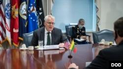美國國防部代理部長米勒Christopher Miller(左)2020年11月13日在五角大樓接待訪客(美國國防部照片)