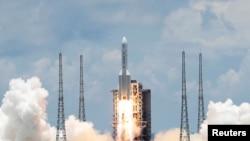 中国在海南文昌航天发射场发射搭载火星探测器天问1号的长征5号火箭。(2020年7月23日)