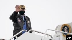 پرزیدنت جو بایدن در حال سوار شدن بر هواپیمای ویژه ریاست جمهوری آمریکا در مریلند. ۱۵ فوریه ۲۰۲۱