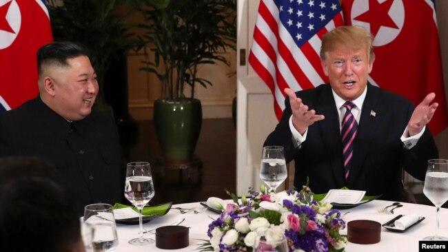 Tổng thống Mỹ Donald Trump phát biểu khi ông và lãnh tụ Triều Tiên Kim Jong Un chuẩn bị dùng bữa tối trong hội nghị thượng đỉnh Mỹ-Triều tại Khách sạn Metropole ở Hà Nội, ngày 27 tháng 2, 2019.