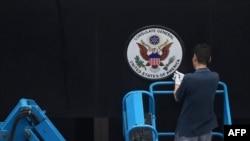 Seorang petugas mencabut tanda di depan Konsulat AS di Chengdu, provinsi Sichuan, 25 Juli 2020.
