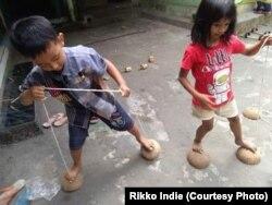 Kemampuan motorik anak terasah dengan permainan tradisional.