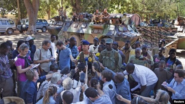 Le lieutenant-colonel Frédéric (au centre) de l'armée française et le colonel Seydou Sokoba de l'armée malienne répondent aux questions des journalistes à Niono - 20 janvier 2013.