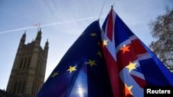 Zastave Britanije i Evropske unije u blizini zgrade parlamenta