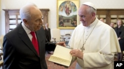 Pope Francis, right, receives a Jerusalem Bible as a gift from Israeli President Shimon Peres on the occasion of their private audience, at the Vatican, April 30, 2013.