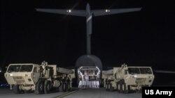 미군이 사드의 첫 장비를 6일 서울의 모 미군 기지에서 하역하고 있다. (미 태평양사령부 제공)