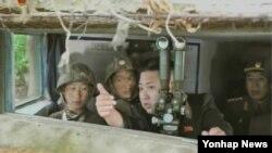 지난 2010년 11월 연평도 포격을 주도한 북한군 무도 방어대 등 서해 최전방 섬 방어대들을 시찰하는 김정은 국방위원회 제1위원장