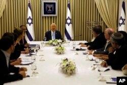 레우벤 리블린 이스라엘 대통령이 22일 우파 '리쿠드'당 의원들을 만나 새 연립정부를 이끌 총리 문제를 논의하고 있다.