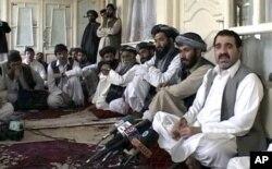 Ahmad Wali Karzai s'adressant à des journalistes à Kandahar (Archives)