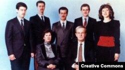 Assad oilasi, 1990-yillar boshida. Prezident Hofiz al-Assad, rafiqasi va farzandlari.