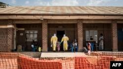 Madaktari wakimsindikiza mtoto wa kike ambaye anadhaniwa kuwa na virusi vya katika wadi ya malazi Agosti 12, 2018 huko Beni, kaskazini mashariki mwa DRC.