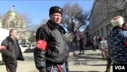 "A Pro-Russian ""Self Defense"" patrol outside parliament in Simferopol, March 3, 2014 (Sebastian Meyer/VOA)"