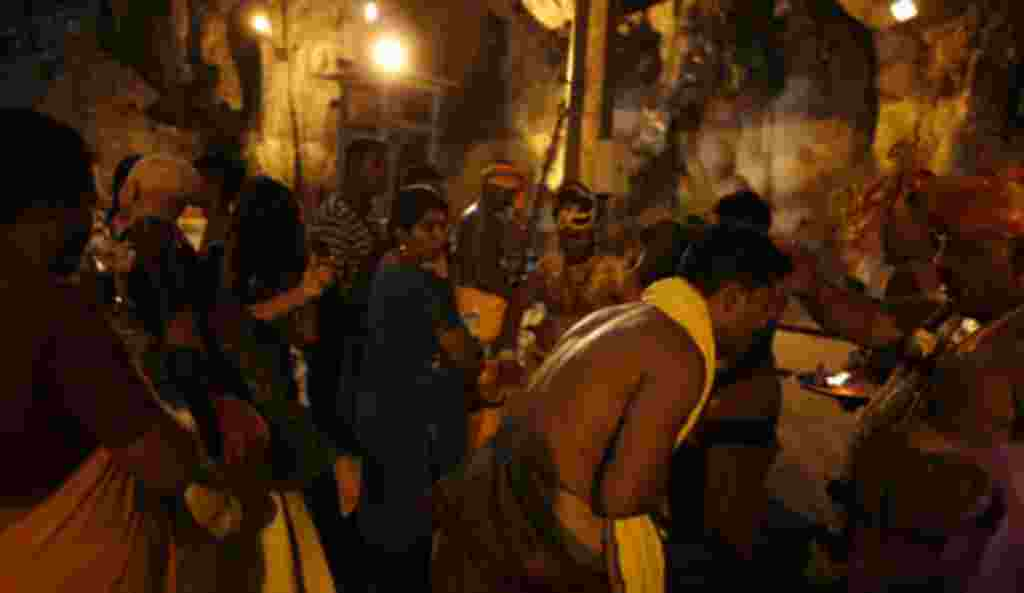 زائران معمولاً در طی شب حدود پانزده کیلومتر راه می روند تا صبح خیلی زود به معبد برسند و از روحانیون مذهبی هندو عافیت بطلبند.