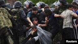 Migreanti pokušavaju da probiju policijski kordon u blizini Đevđelije