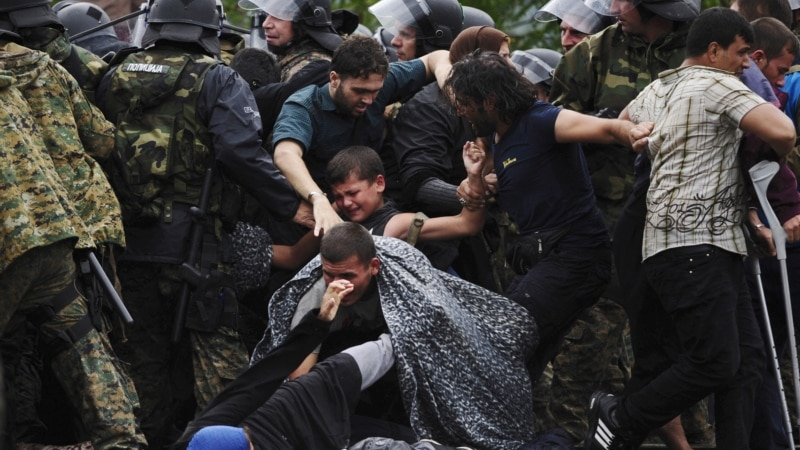 Migrants Rush Past Police into Macedonia