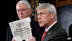 Senator Roger Wicker (kanan) dalam konferensi pers mengenai surat beracun yang ditujukan padanya (16/4).