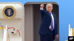 도널드 트럼프 대통령이 전용기 탑승구 앞에서 포즈를 취하고 있다.