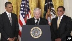 له ښي اړخه: د سي آی اې رئیس لیون پنیتا، ددفاع وزیر رابرت ګیټس او جمهور رئیس براک اوباما