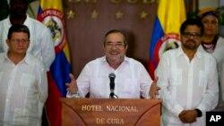 El comandante de las FARC, Rodrigo London, alias Timochenko o Timoleón Jiménez habla durante una conferencia de prensa acompañado por Iván Márquez (derecha), jefe negociador de la guerrilla.