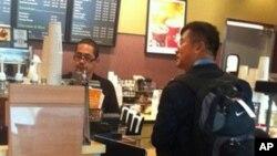 Veleposlanik Gary Locke kupuje kavu na aerodromu u Seattleu, na putu u Peking