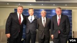 新加坡驻美大使米尔普里(右二) (美国之音莉雅拍摄)