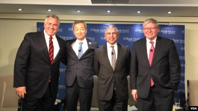 新加坡駐美大使米爾普里(右二) (美國之音莉雅拍攝)