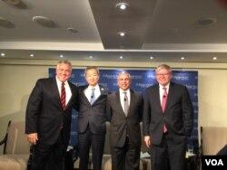 澳大利亚、韩国、新加坡驻美大使与澳大利亚前总理陆克文(从左至右)给穿普建言 (美国之音莉雅拍摄)