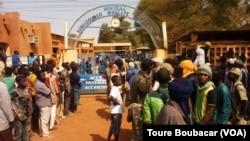 Des passants attendent sur place après un attentat-suicide à Gao, au Mali, le 18 janvier 2017. (VOA/Toure Boubacar)