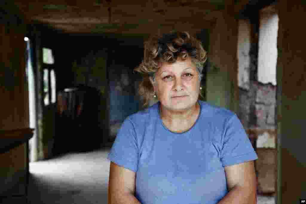 ამ ქალის მამამთილი ცოცხლად დამარხეს ამ სახლში საქართველო-რუსეთის ომის დრო. (Yuli Weeks for VOA)