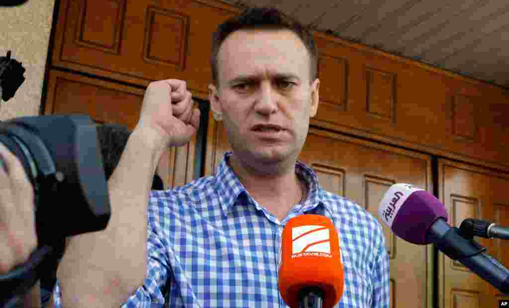 Russian opposition leader Alexei Navalny speaks to the media at the headquarters of the Russian Investigation committee in Moscow, June 12, 2012. (AP)