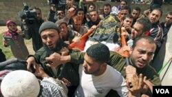 Warga Palestina mengangkat jenazah Saber Asalya, anggota Jihad Islam yang tewas akibat serangan udara Israel, Selasa (29/3).