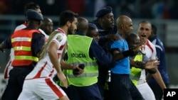 Les joueurs tunisiens bousculent l'arbitre, contestant contre un penlaty attribué en faveur de l'équipe de la Guinée équatoriale, Bata, 31 janvier 2015.