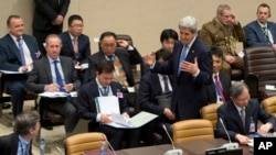 ລັດຖະມົນຕີການຕ່າງປະເທດ ສະຫະລັດ ທ່ານ John Kerry, ກາງຂວາ, ໄປເຖິງກອງປະຊຸມໂຕະມົນ ກ່ຽວກັບ ການສະໜັບສະໜູນທີ່ເດັດຂາດ ຢູ່ທີ່ສຳນັກງານໃຫຍ່ ຂອງອົງການ NATO ໃນນະຄອນຫຼວງ Brussels, ວັນທີ 1 ທັນວາ 2015.