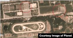 민간 위성업체 '플래닛 랩스(Planet Labs Inc.)'가 한반도 시간으로 18일 평양 미림 비행장 북쪽 광장을 찍은 위성사진. 군인들로 보이는 인파와 함께 은폐용 가림막이 보인다.