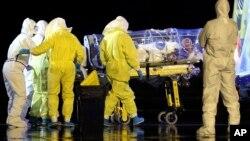 시에라리온 보건당국은 '이동 금지' 조치 기간 동안 수도 안팎에서 70구에 달하는 시신을 추가로 발견했다고 밝혔다. 시에라리온에서 구조 활동을 벌여온 한 스페인 신부가 에볼라 바이러스에 감염돼 22일 본국으로 이송되고 있다.