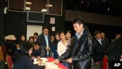 藏人排隊領取選票