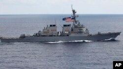 នៅក្នុងរូបភាពថតកាលពីថ្ងៃទី១៣ ខែសីហា ឆ្នាំ២០១១នេះ នាវា USS John S. McCain បើកកាត់ឆ្នេរសមុទ្រវៀតណាម។