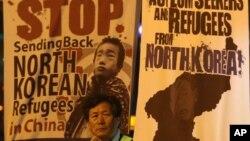 지난 4월 한국에서 탈북자 체포와 강제 송환 중단을 촉구하며 열린 촛불 시위. (자료사진)