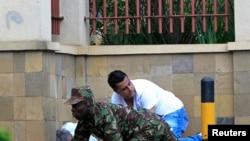 Polisi wa Kenya na wananchi wengine katika jengo la Westgate huko Nairobi September 21, 2013.