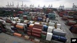 成千上万的集装箱在上海港待运(资料照片)
