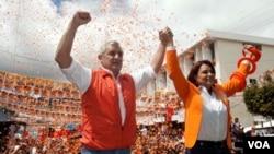 Kandidat Presiden dari partai Patriotik Otto Perez Molina (kiri) dan rekan sepencalonannya Roxana Baldetti dalam suatu kampanye di Mixco (4/11). Otto Perez Molina memenangkan Pilpres Guatemala dan akan mulai menjabat bulan Januari mendatang.