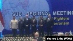 Delegasi dari 6 negara berfoto, seaaat sebelum memulai pertemuan di hotel four points Manado 29/7/17 (foto : Yoanes Litha)