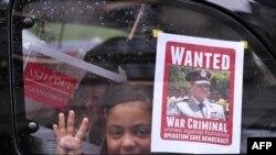 Poster poternica sa likom generala El Sisija u jednom automobilu u Kairu