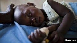 Một bé gái bị sốt rét được chữa trị tại một trung tâm y tế ở Malualkon, Nam Sudan