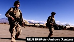 Dua tentara AS melakukan patroli di bandara Bagram, utara Kabul, Afghanistan (foto: ilustrasi).