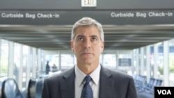 George Clooney kembali menunjukkan kelihaiannya berperan dalam film komedi. Perannya sebagai Ryan Bingham yang hidup dari bandara ke bandara memberinya nominasi aktor terbaik dalam ajang Academy Awards tahun ini.