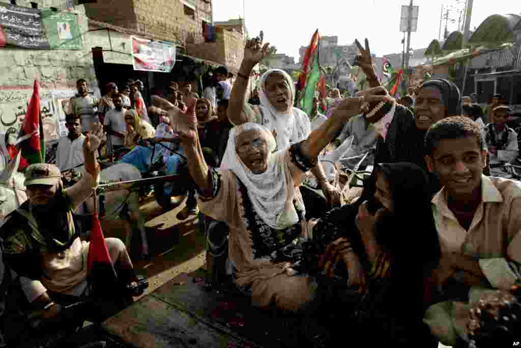 Supporters of Pakistan's People's party chant slogans during a rally in Karachi, Pakistan, May 9, 2013.