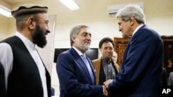 克里在喀布尔与阿富汗总统候选人阿卜杜拉握手