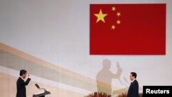 Chủ tịch nước Trung Quốc Hồ Cẩm Đào chủ trì buổi lễ nhậm chức ông Lương Chấn Anh, đúng 15 năm từ khi vùng lãnh thổ Hong Kong được chuyển giao lại cho Trung Quốc