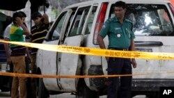 Polisi dan detektif Bangladesh mengumpulkan barang bukti di lokasi pembunuhan petugas bantuan Italia Cesare Tavella di Dhaka, 29 September 2015 (foto: dok).
